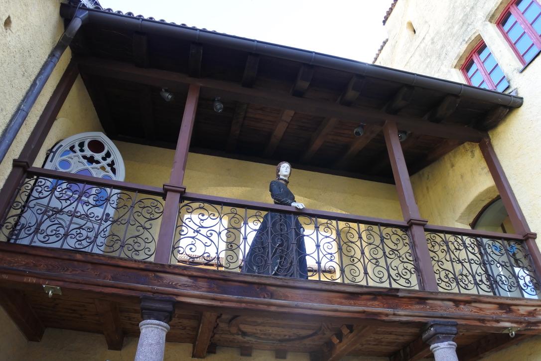 Sissi beobachtet vom Balkon